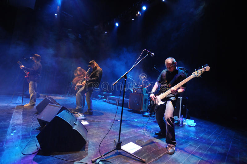 Banda de rock en etapa foto de archivo