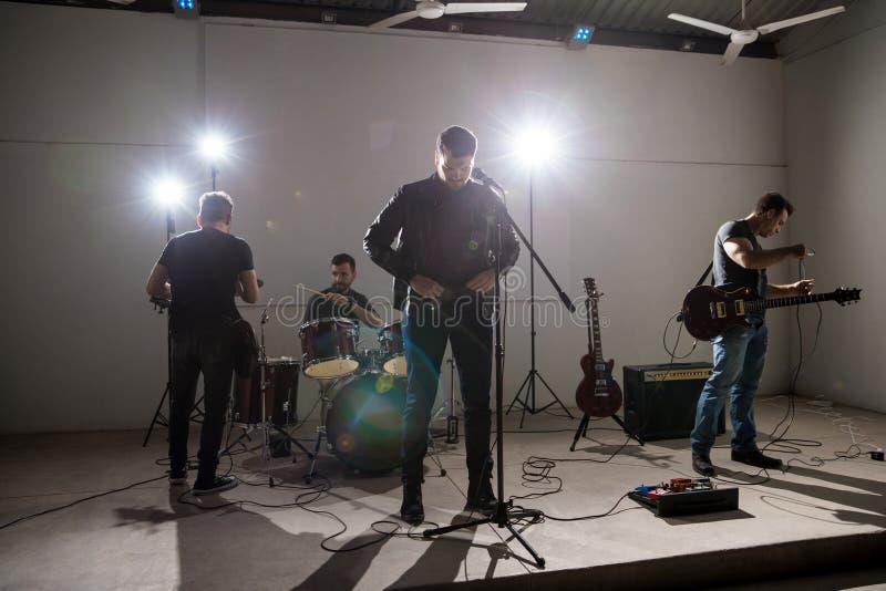 Banda de rock momentos antes del concierto vivo fotos de archivo libres de regalías