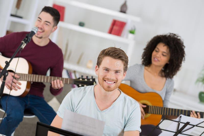 Banda domestica che impara insieme nuova canzone fotografia stock libera da diritti