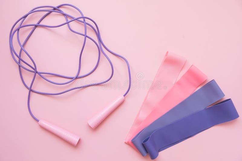 Banda elástica de salto ou de salto em fundo rosa Tendência de adequação Conceito desportivo imagens de stock royalty free