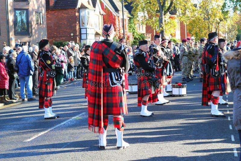 Banda escocesa de la gaita en faldas escocesas. imagen de archivo