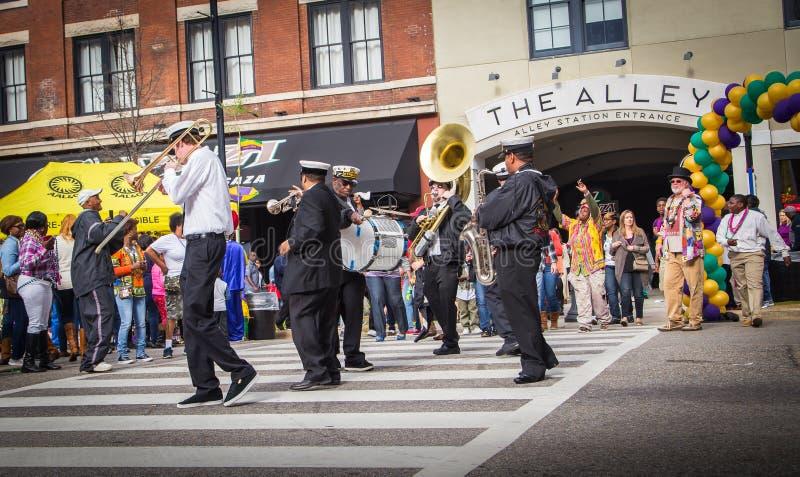 Banda famosa TREME de New Orleans en Mardi Gras Block Party imagenes de archivo