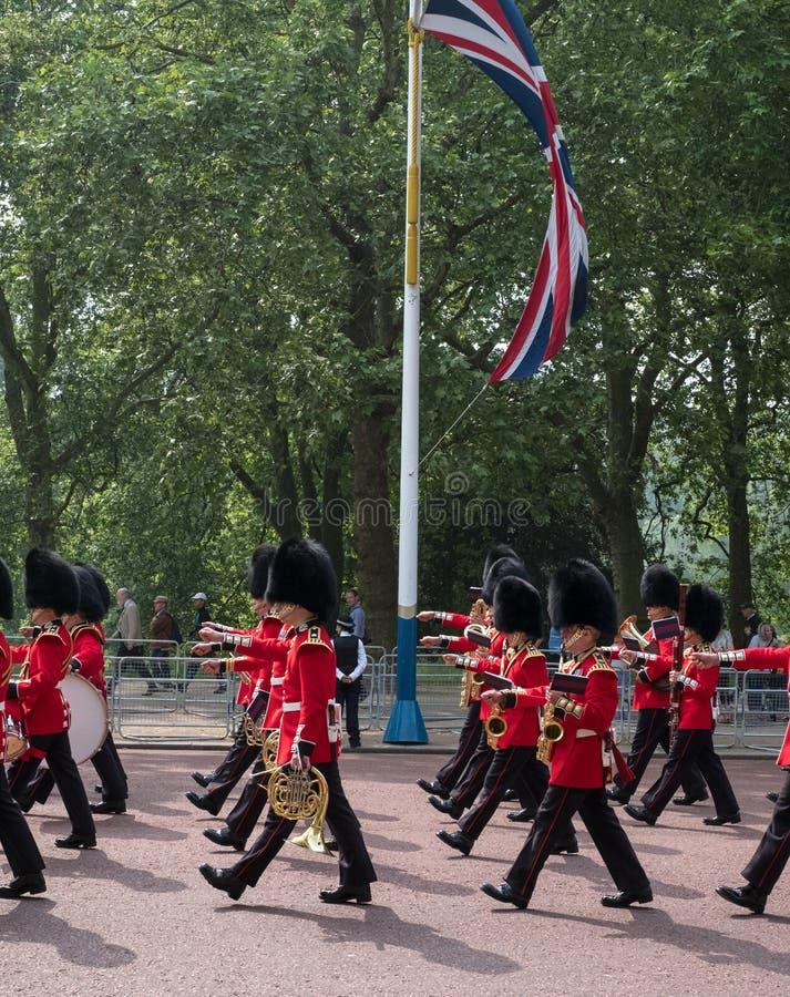 Banda militar que marcha que camina abajo de la alameda en Londres, Reino Unido Foto tomada durante la marcha la ceremonia del co imagen de archivo libre de regalías