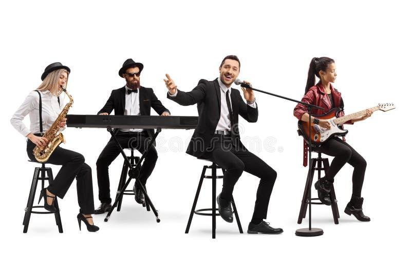 Banda musical com guitarrista, sax, teclado e cantor fotos de stock royalty free