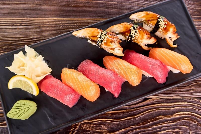 Banda nera dei sushi di nigiri, fine su immagine stock