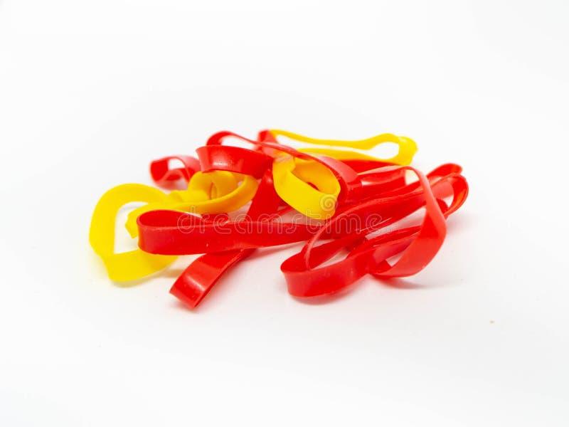 Banda plástica, gomas coloridas aisladas imagenes de archivo
