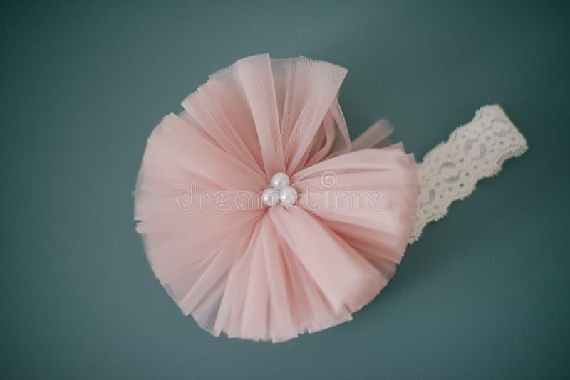 Banda principal de encaje adorable con la flor rosada grande de Tulle con las perlas o un abrigo rosado oscuro suave de la cabeza imagen de archivo