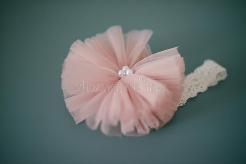 Banda principal de encaje adorable con la flor rosada grande de Tulle con las perlas o un abrigo rosado oscuro suave de la cabeza fotos de archivo