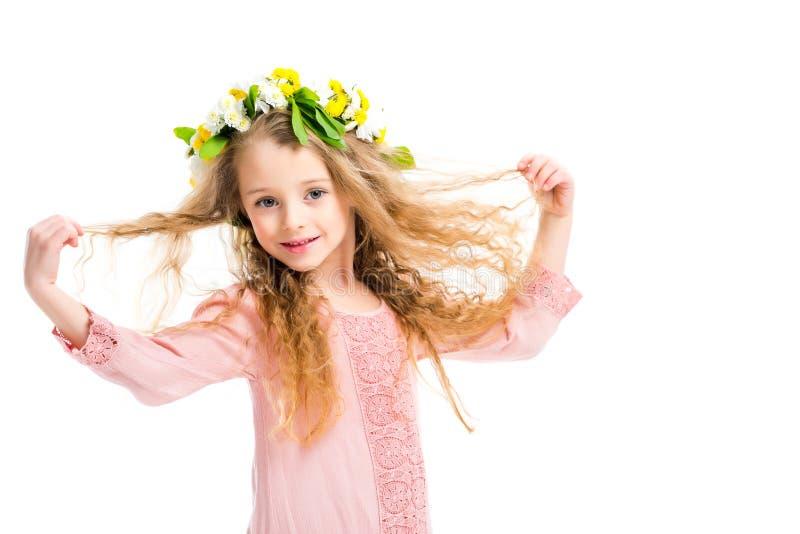 Banda sonriente de la guirnalda del niño que lleva de las flores y de sostenerse los pelos fotografía de archivo
