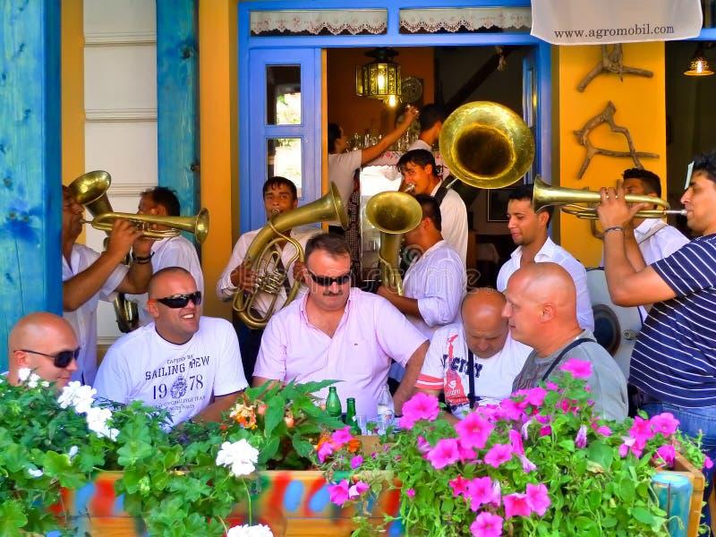 Banda tradicional de la trompeta en Serbia Festival de la trompeta de Guca imagenes de archivo