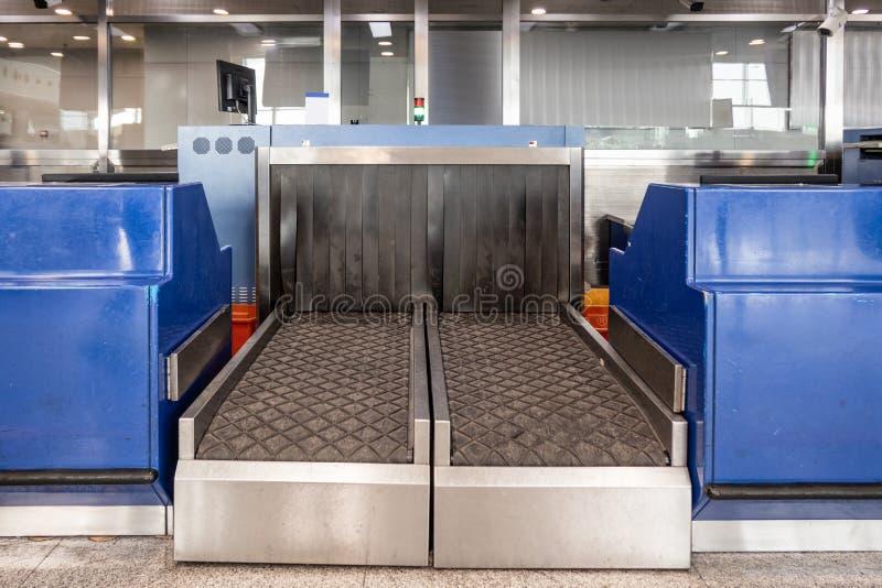 Banda transportadora del escáner de la radiografía del equipaje de la seguridad en el punto de control de la inmigración fotografía de archivo
