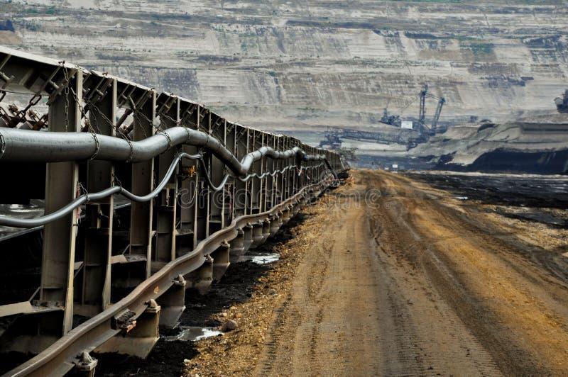 Banda transportadora enorme en mina de carbón abierta de la costa fotografía de archivo