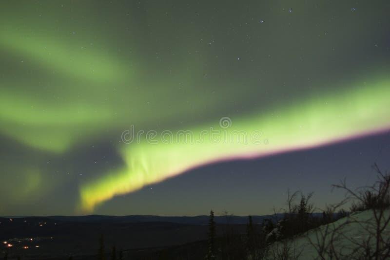 Banda variopinta dell'aurora nel cielo notturno fotografia stock