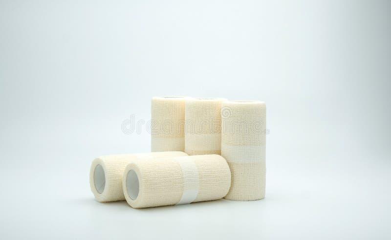 Bandage élastique cohésif médical sur le fond blanc images libres de droits