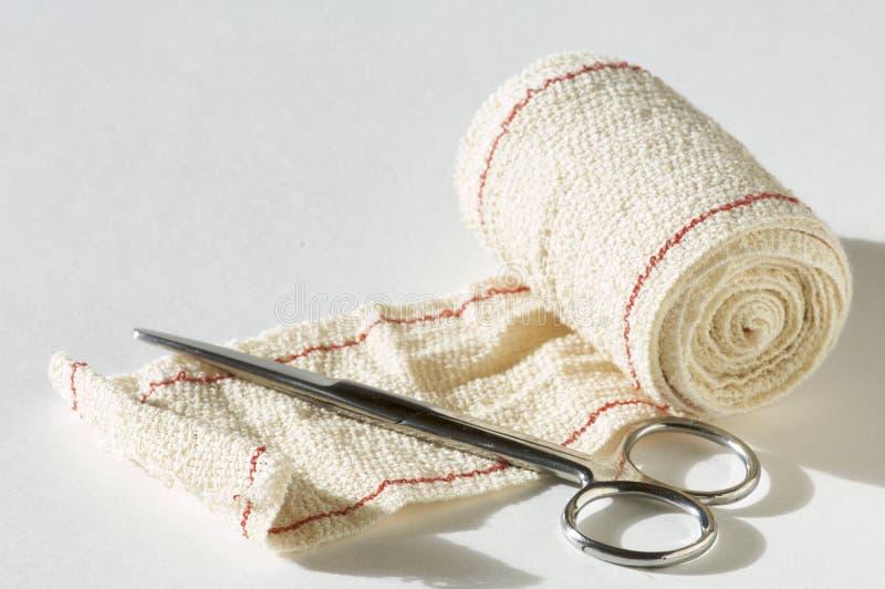 Bandage et ciseaux images libres de droits