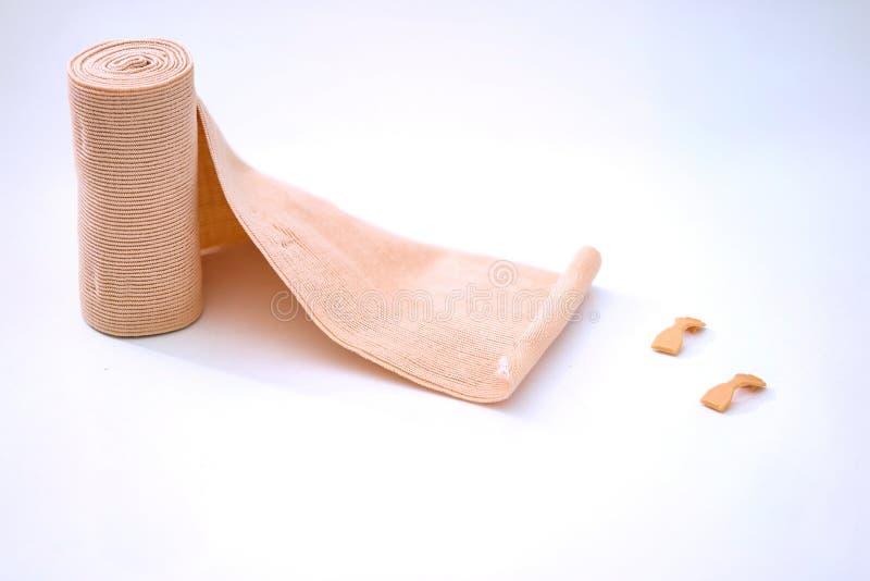 Bandage et talonneur élastiques sur le fond blanc isolaed photos stock