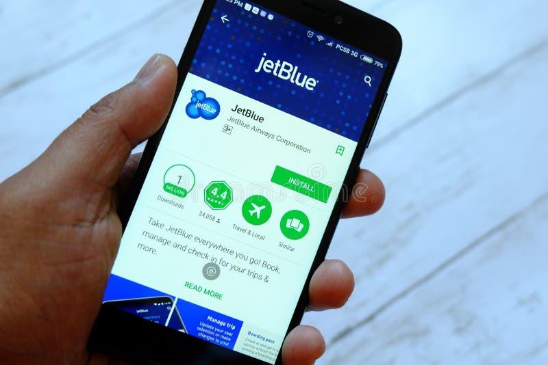 BANDAR SERI BEGAWAN, ΜΠΡΟΥΝΈΙ - 25 ΙΟΥΛΊΟΥ 2018: Ένα αρσενικό smartphone εκμετάλλευσης χεριών με Jetblue app σε ένα αρρενωπό κατά στοκ φωτογραφία με δικαίωμα ελεύθερης χρήσης