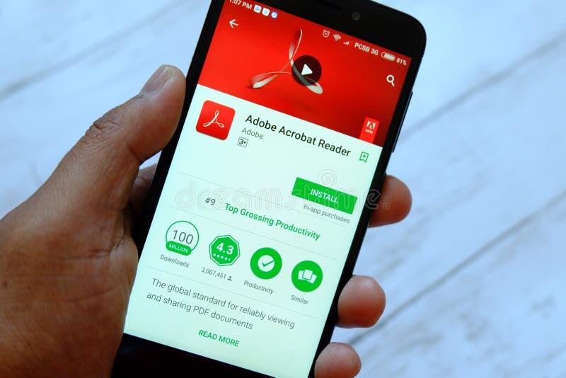BANDAR SERI BEGAWAN, ΜΠΡΟΥΝΈΙ - 25 ΙΟΥΛΊΟΥ 2018: Ένα αρσενικό smartphone εκμετάλλευσης χεριών με το Adobe Acrobat Reader app σε έ στοκ εικόνα