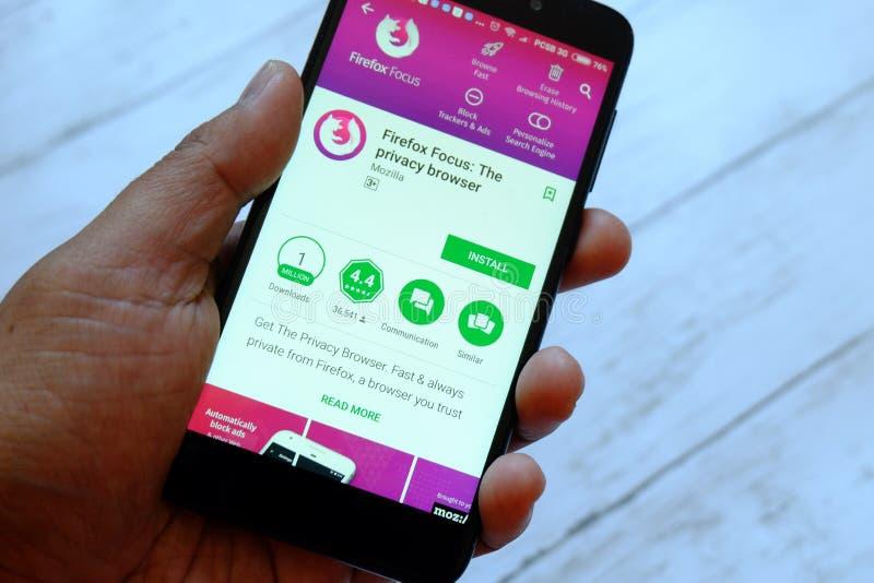 BANDAR SERI BEGAWAN, БРУНЕЙ - 25-ОЕ ИЮЛЯ 2018: Мужская рука держа smartphone с фокусом app Firefox на магазине игры Google андрои стоковые изображения rf