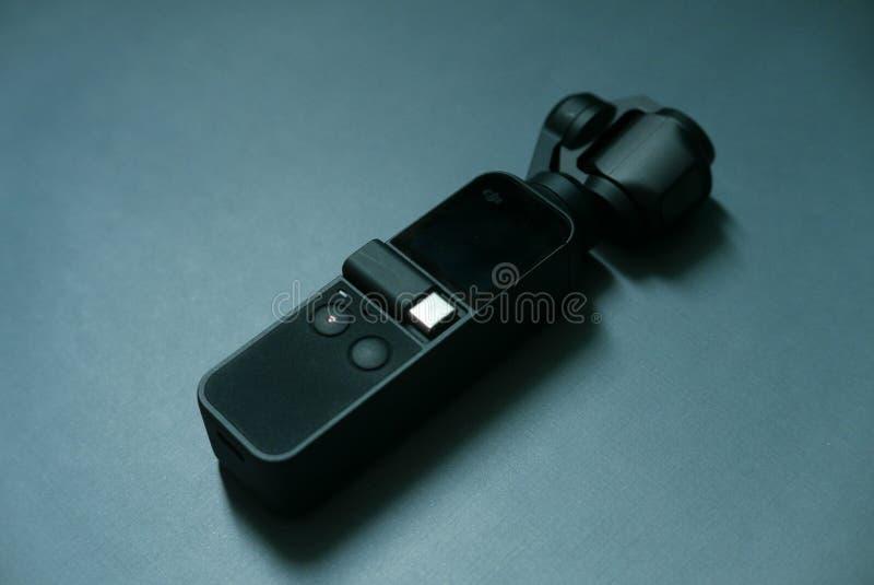 BANDAR SERI BEGAWAN, BRUNEI - CIRCA IM JANUAR 2019: Dji Osmo Pocket auf dunklem Hintergrund Osmo-Tasche kennzeichnet die mechanis lizenzfreie stockfotografie