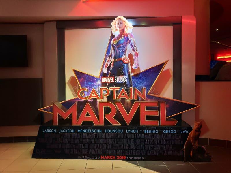 BANDAR SERI BEGAWAN, BRUNEI - CIRCA MARZO 2019: Una persona in piedi dell'esposizione di capitano Marvel di film dell'eroe di mer immagini stock