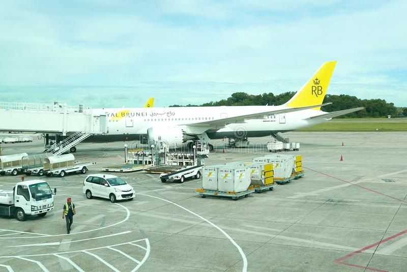 BANDAR SERI BEGAWAN, BRUNEI DARUSSALAM - 22 DE ABRIL DE 2018: Avião real de Brunei Darussalam no aeroporto internacional de Brune imagem de stock royalty free