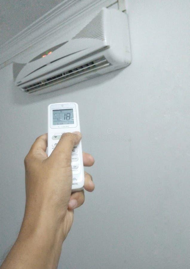 Bandar Seri Begawan/Brunei Darussalam - Maj 19 2019: Anv?nda universell fj?rrkontroll vid Chunghop f?r att ?ndra temperatur av lu arkivbild