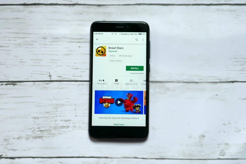BANDAR SERI BEGAWAN, BRUNEI - 21 DE ENERO DE 2019: Uso de las estrellas de la reyerta en un Google Play Store androide imagen de archivo