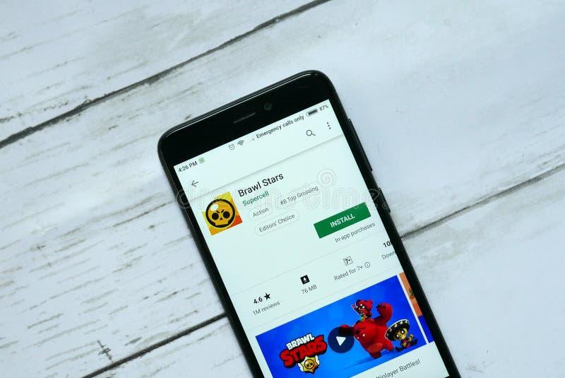 BANDAR SERI BEGAWAN, BRUNEI - 21 DE ENERO DE 2019: Uso de las estrellas de la reyerta en un Google Play Store androide imagen de archivo libre de regalías