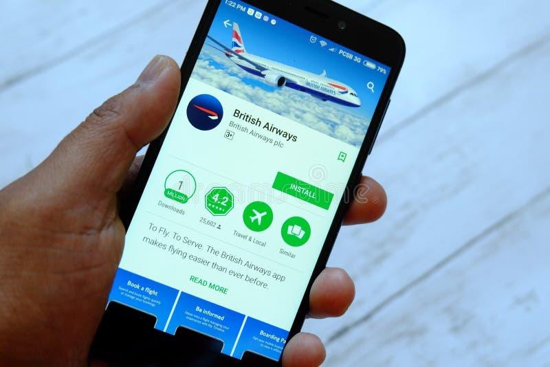 BANDAR SERI BEGAWAN, BRUNEI - 25 JUILLET 2018 : Une main masculine tenant le smartphone avec British Airways APP sur un androïde images stock
