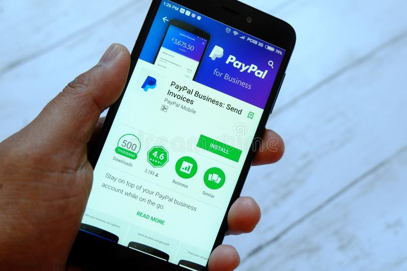 BANDAR SERI BEGAWAN, BRUNEI - 25 JUILLET 2018 : Une main masculine tenant le smartphone avec les affaires APP de Paypal sur un ma photos stock