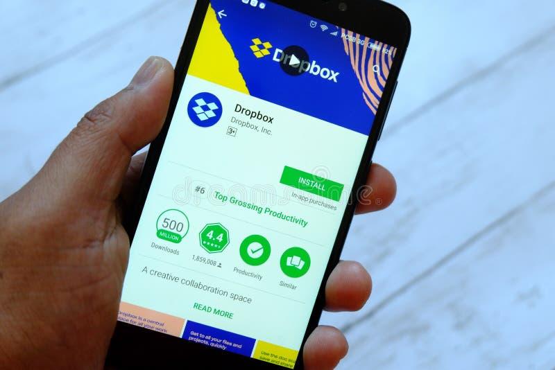 BANDAR SERI BRUNEI, LIPIEC BEGAWAN, - 25TH, 2018: Męski ręki mienia smartphone z Dropbox apps na androidu Google sztuki sklepie zdjęcia stock