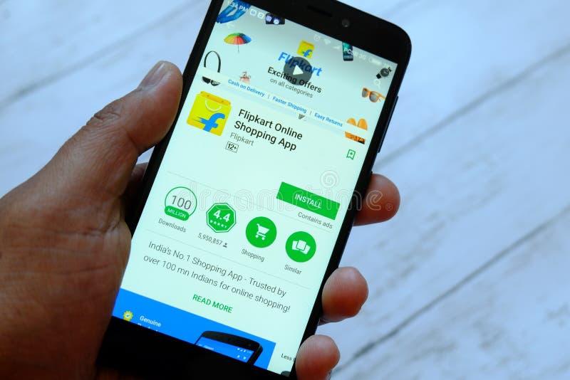 BANDAR SERI BRUNEI, LIPIEC BEGAWAN, - 25TH, 2018: Męski ręki mienia smartphone z Flipkart app na androidu Google sztuki sklepie zdjęcia stock