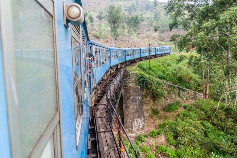 BANDARAWELA, SRI LANKA - JULI 15, 2016: Treinritten door bergen in Sri-Lan royalty-vrije stock afbeelding