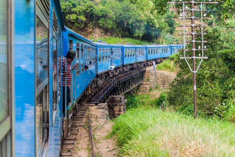 BANDARAWELA, SRI LANKA - JULI 15, 2016: Treinritten door bergen in Sri-Lan royalty-vrije stock foto's
