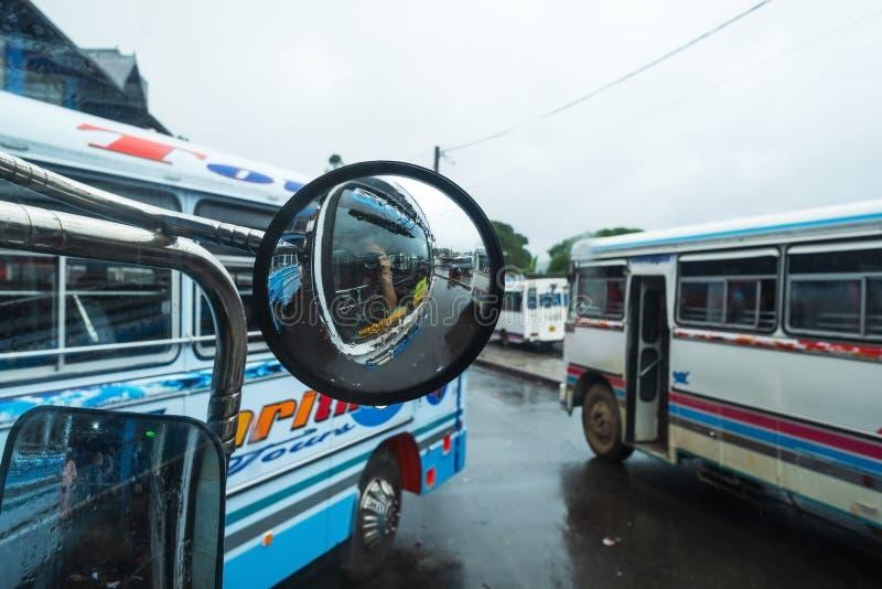 Bandarawella, Sri Lnaka 11 de abril de 2018 - turista que faz a foto no ônibus na estação de Banarawella foto de stock
