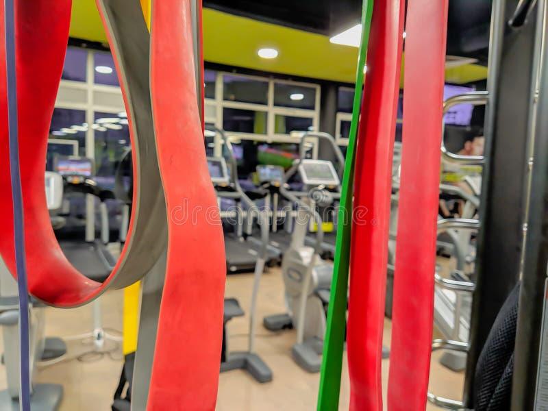 Bandas elásticas rojas en un moderno gimnasio bien equipado para ponerse en forma y hacer ejercicio estiramientos y flexibilidad fotografía de archivo libre de regalías