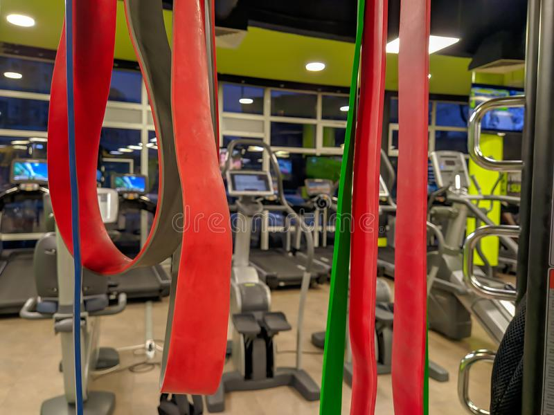 Bandas elásticas rojas y coloridas en un moderno gimnasio bien equipado para ponerse en forma y hacer ejercicio y flexibilidad imágenes de archivo libres de regalías