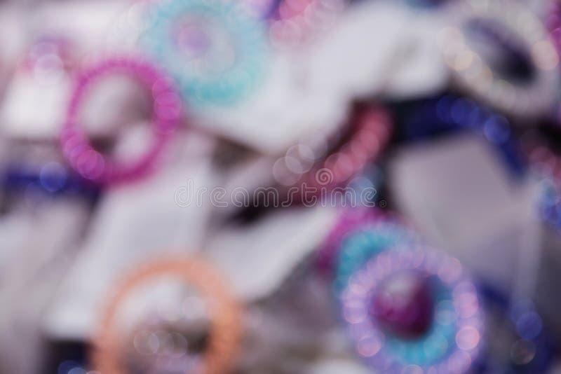 Bandas elásticos multicoloras brillantes borrosas del pelo del fondo imagenes de archivo