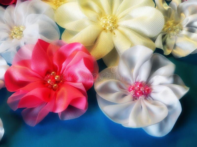 Bandas rosadas y blancas del satén fotografía de archivo libre de regalías