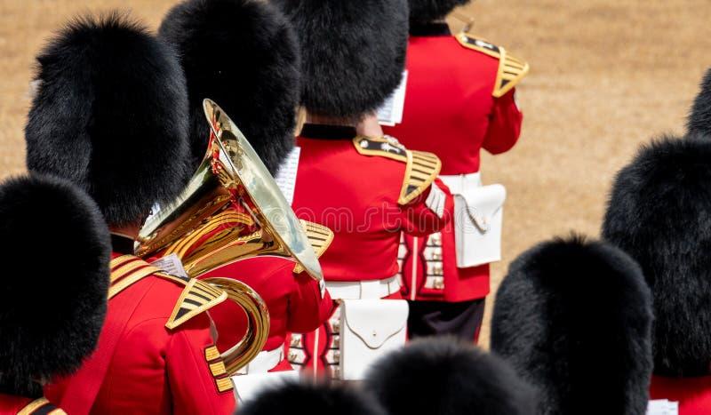 Bande amass?e ? l'assemblement le d?fil? de couleur aux gardes de cheval, Londres R-U, avec la r?flexion dans la trompette photo stock