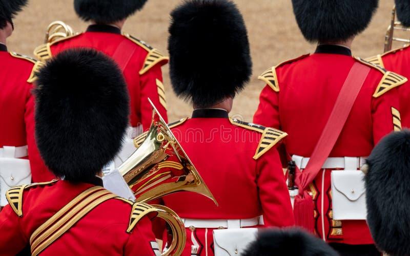 Bande amass?e ? l'assemblement le d?fil? de couleur aux gardes de cheval, Londres R-U, avec la r?flexion dans la trompette photographie stock