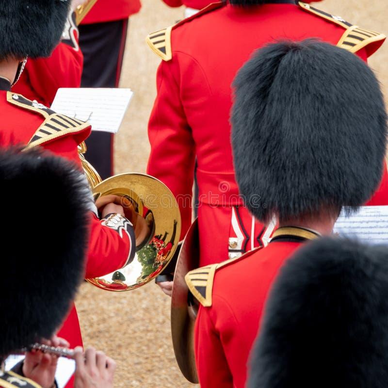 Bande amass?e ? l'assemblement le d?fil? de couleur aux gardes de cheval, Londres R-U, avec la r?flexion dans la trompette images stock