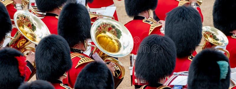 Bande amass?e ? l'assemblement le d?fil? de couleur aux gardes de cheval, Londres R-U, avec la r?flexion dans la trompette images libres de droits