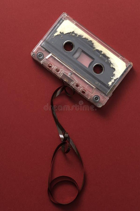 Bande de cassette sonore sur le backgound rouge image stock