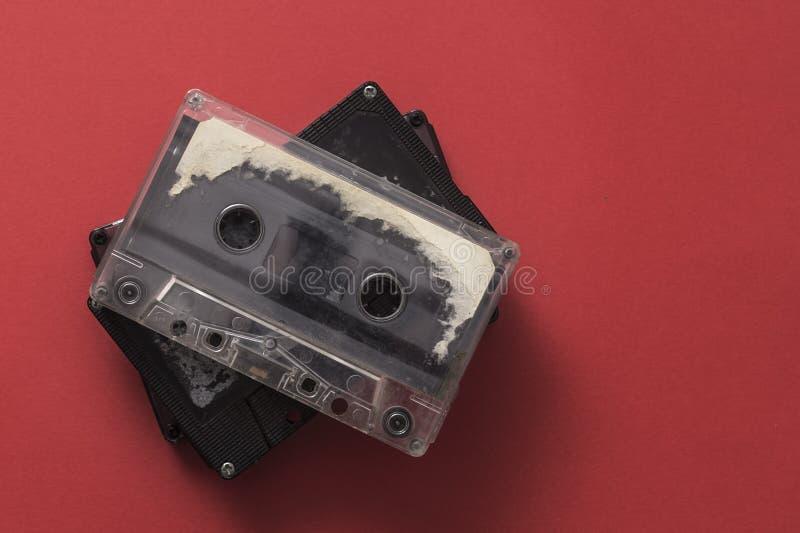 Bande de cassette sonore sur le backgound rouge photos libres de droits