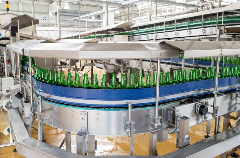Bande de conveyeur avec des bouteilles à bière dans une brasserie images libres de droits