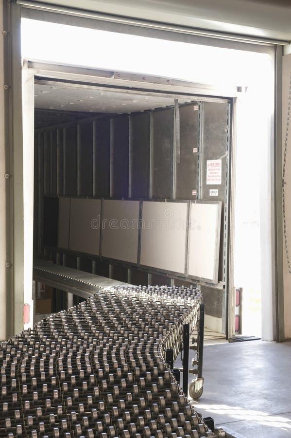 Bande de conveyeur dans l'entrepôt photographie stock libre de droits