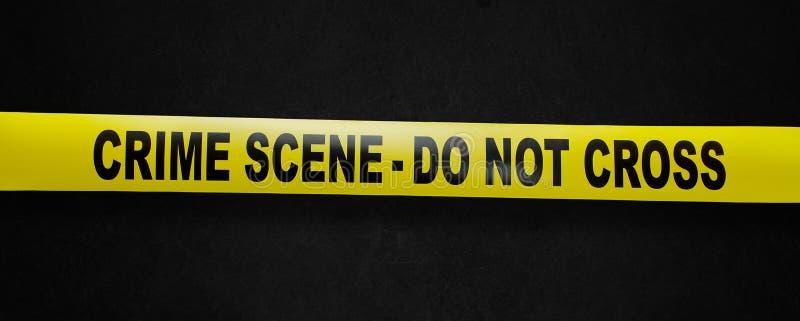 Bande de jaune de scène du crime avec le chemin de découpage photographie stock