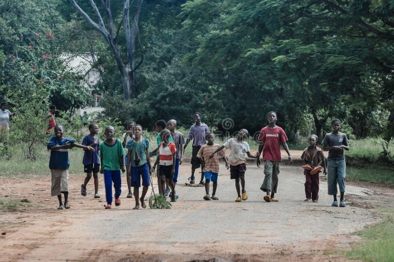 Bande de jeunes garçons africains images stock
